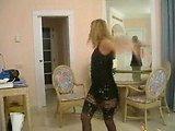 blond amaterka se slači in pleše porno tango