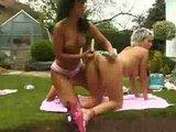 seksi lezbijki se na vrtu ljubita z igračami