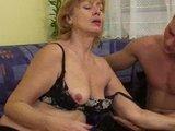 zrela gospa uživa na kurcu