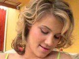 kodrasta najstniška blondinka
