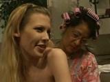 seksi blondinka in njena zrela frendica