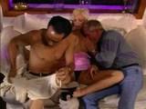 prijetna bijonda z dvema moškima