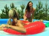 bejbi se zabavata v napihljivem bazenu 1
