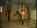 blondinki plešeta ob drogu
