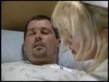 vroča sestra pazi na svojega pacienta