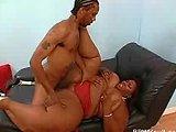 velika mama pokavsa suhljatega črnca