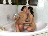 mladi lezbijki uživata v vroči kopeli