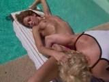 poletje, sonce, bazen in srčkane lezbače