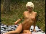 betty uporablja dildo v gozdu 1