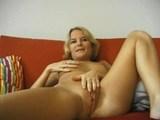 mlada blondinka na kavču