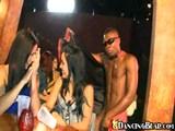 črnec pleše striptiz