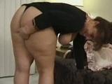 debeluškasta mama se spravi na dva tiča