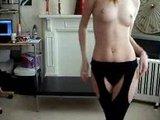 striptizeta v dnevni sobi