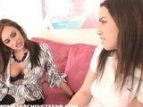 izkušena ženska pokaže najstnici par trikov
