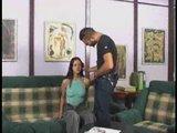 hipnotizirana najstnica dela po nareku pohotnega moškega