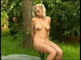 blondinka se razkazuje v naravi