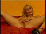 sladka blondinka se igra na postelji
