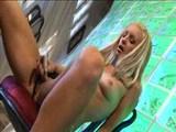 blondinka zadovoljuje svoj klitoris z vibratorjem