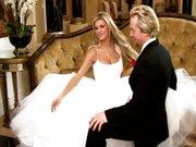Nevesta v poročni obleki razširi noge