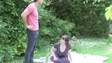 Mladi fant fuka potrebno babico kar na travniku