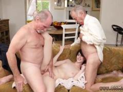Dva dedka pofukata mlado najstnico